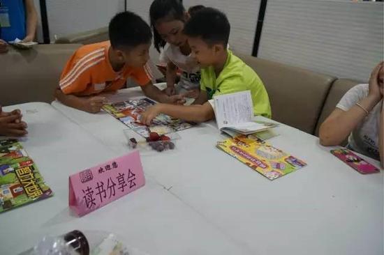 小朋友们开展读书分享与交流