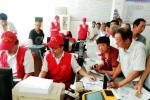 泰兴农商行青年志愿服务队上门为群众激活省卡